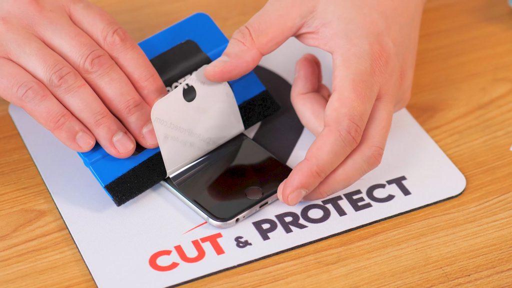application du film de protection cut & protect sur un iphone 2